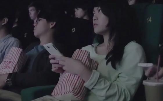 Uma sala de cinema pediu a estudantes para utilizarem o telemóvel para lhes dar uma lição!